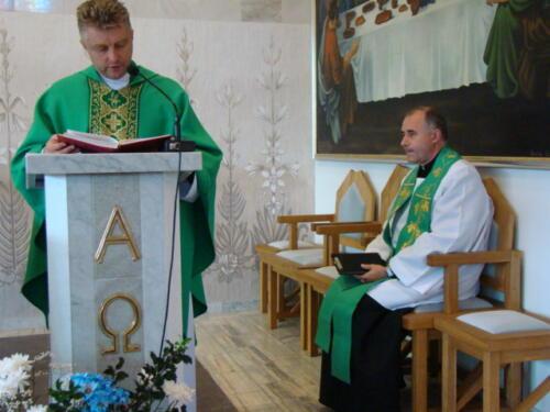 Zdjęcie przedstawia dwóch księży odprawiającego mszę świętą.
