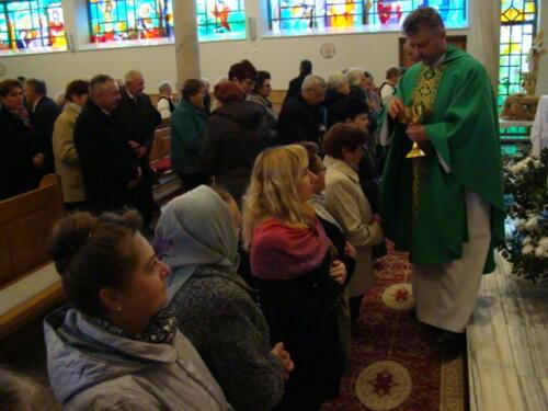 Zdjęcie przedstawia księdza odprawiającego mszę świętą.