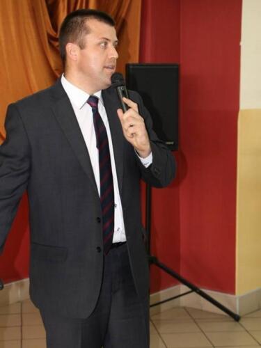 Zdjęcie przedstawia osobę która wygłasza przemówienie.