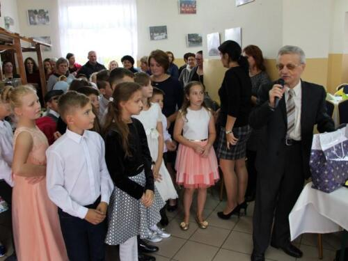 Zdjęcie przedstawia dzieci które biorą udział w przedstawieniu.
