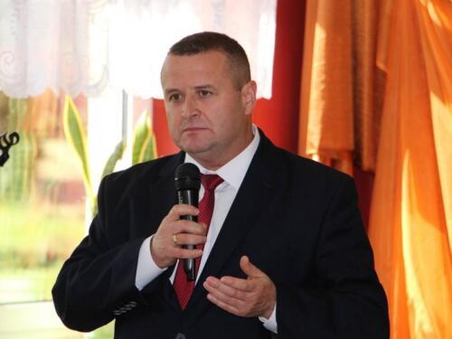 Zdjęcie przedstawia człowieka który mówi przez mikrofon.