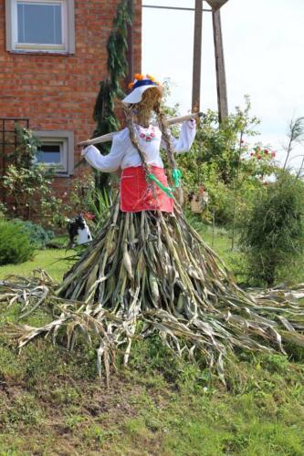 Zdjęcie przedstawia zrobioną z kukurydzy postać
