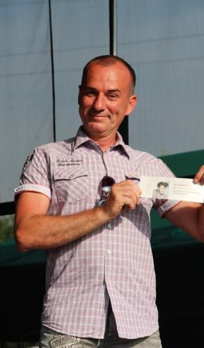 Zdjęcie przedstawia człowieka który coś trzyma.
