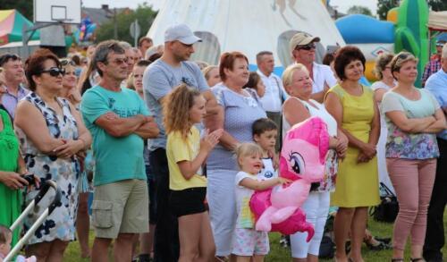 Zdjęcie przedstawia bawiących się ludzi na dniach gminy Potok Wielki.