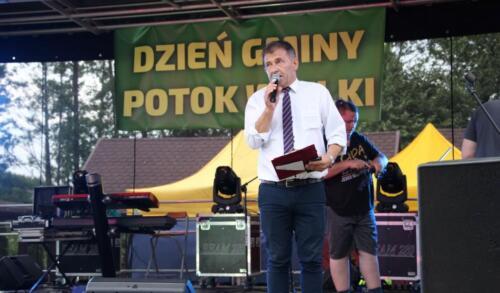 Zdjęcie przedstawia artystę na scenie.