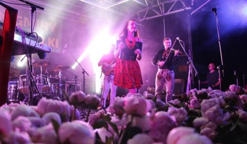 Zdjęcie przedstawia artystów na scenie.