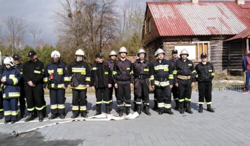 Obrazek przedstawia strażaków pozujących do zdjęcia.