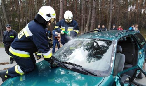 Obrazek przedstawia strażaków którzy ćwiczą rozcinanie samochodu aby wyciągnąć poszkodowanych.