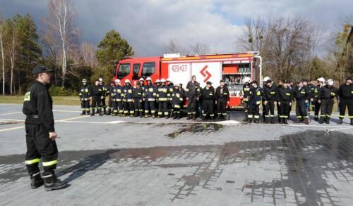 Obrazek przedstawia strażaków którzy pozują do zdjęcia.