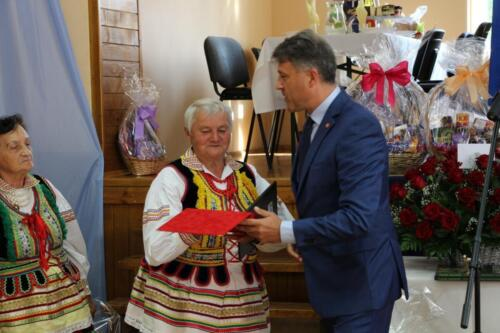 Zdjęcie przedstawia wręczenie nagród jubilatkom.