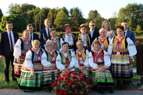 Zdjęcie przedstawia zespół ludowy pozujący do zdjęcia.