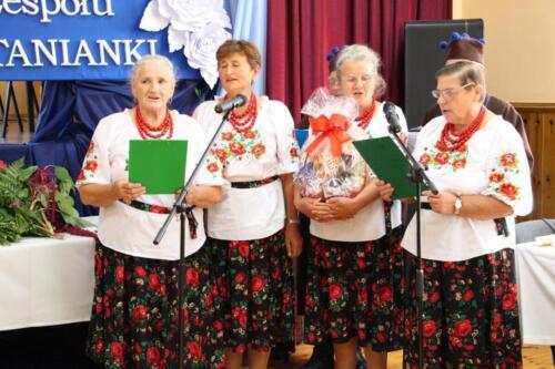 Zdjęcie przedstawia śpiewający zespół ludowy.