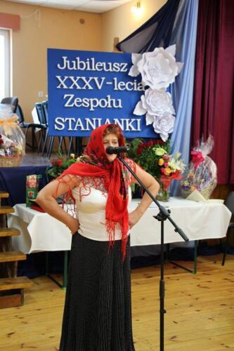 Zdjęcie przedstawia śpiewającą kobietę.