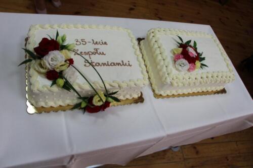 Zdjęcie przedstawia tort.