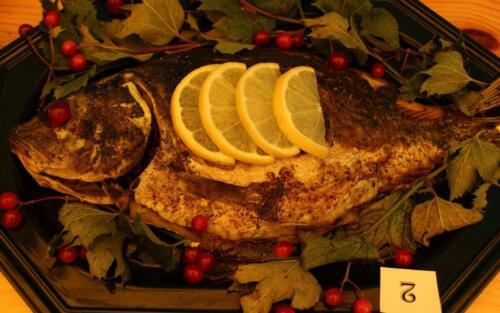 Obrazek przedstawia jedzenie przygotowane z karpia.