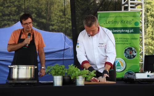 Obrazek przedstawia gotującego kucharza.