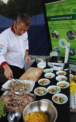 Obrazek przedstawia kucharza który coś gotuje.