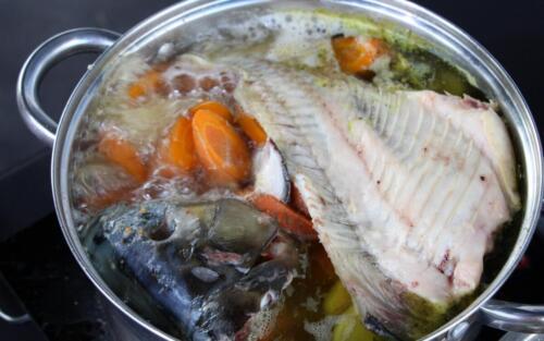 Obrazek przedstawia gotujące się danie z karpia.