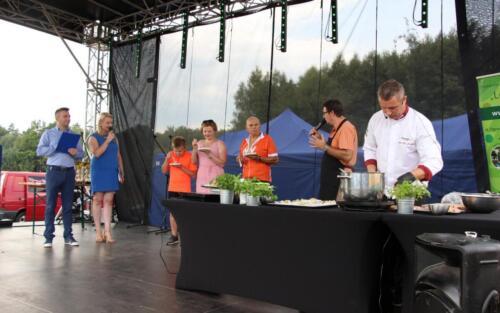 Obrazek przedstawia ludzi o raz gotującego kucharza.
