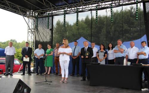 Obrazek przedstawia starych ludzi na scenie.