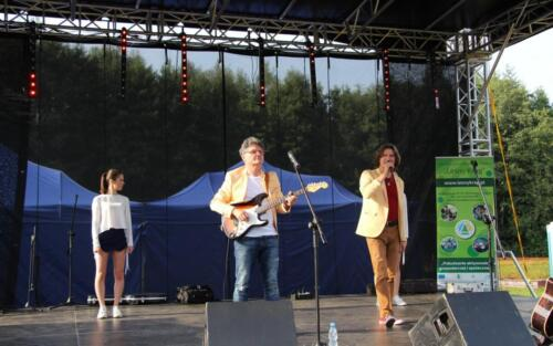 Obrazek przedstawia występ artystyczny na scenie.