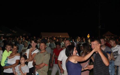 Obrazek przedstawia bawiących się ludzi.