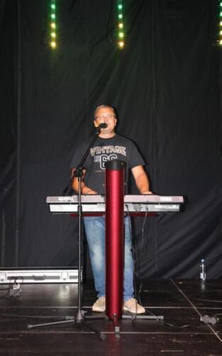 Obraz przedstawia człowieka który gra na scenie.