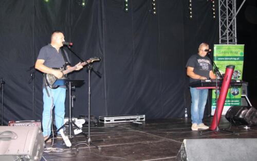 Obraz przedstawia ludzi którzy grają na scenie.