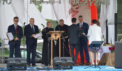 Zdjęcie przedstawia ludzi na scenie.