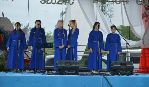 Zdjęcie przedstawia chór na scenie.