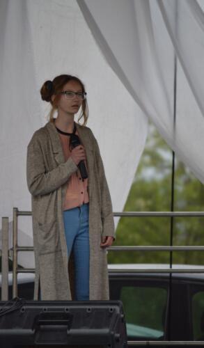 Zdjęcie przedstawia dziewczynę która śpiewa na scenie.