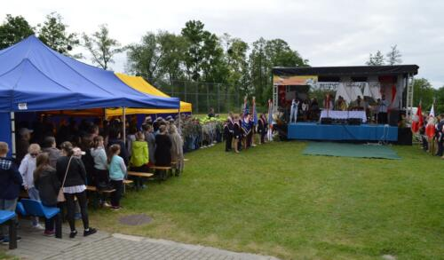 Zdjęcie przedstawia ludzi na konkursie pieśni.
