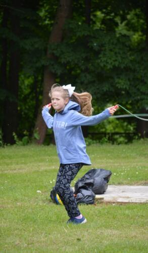 Zdjęcie przedstawia bawiące się dziecko.