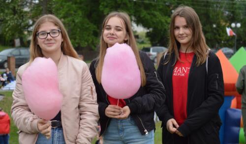 Zdjęcie przedstawia trzy dziewczyny z watą cukrową.