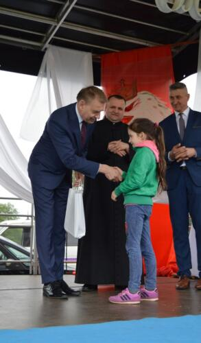 Zdjęcie przedstawia ludzi na scenie - przekazanie nagród.