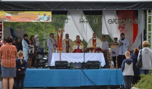 Zdjęcie przedstawia odprawianie mszy świętej przez księży podczas konkursu pieśni.