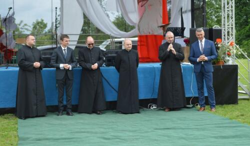 Zdjęcie przedstawia księży o oficjela na Konkursie pieśni.