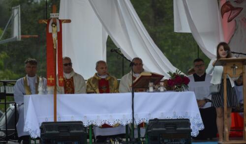 Zdjęcie przedstawia księdza odprawiającego mszę.