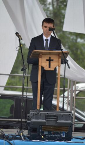 Zdjęcie przedstawia człowieka mówiącego na scenie.