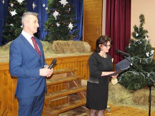 Zdjęcie przedstawia dwoje ludzi mówiących do mikrofonu.