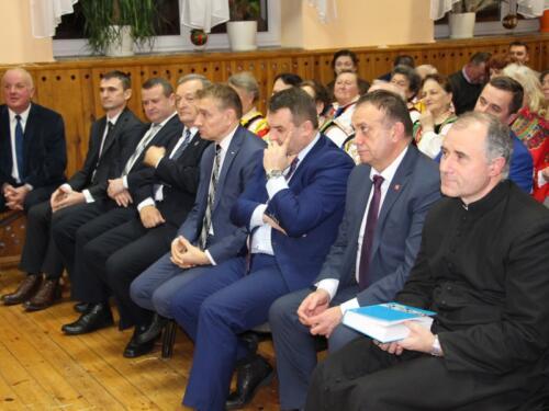 Zdjęcie przedstawia siedzących ludzi.