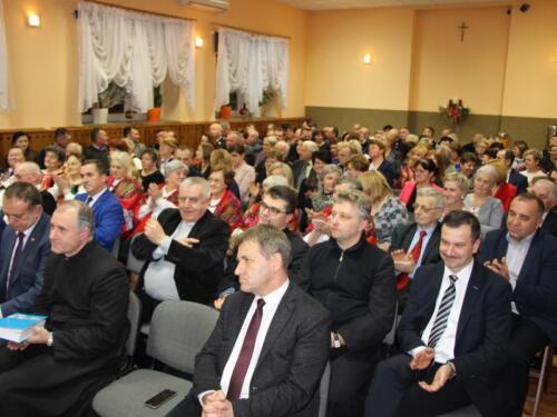 Zdjęcie przedstawia siedzących na sali ludzi.