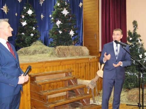Zdjęcie przedstawia dwóch ludzi którzy mówią do mikrofonu.