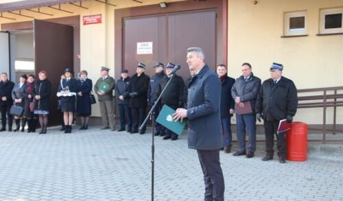 Zdjęcie przedstawia ludzi i strażaków  na uroczystym przekazaniu wozu strażackiego dla gminy Potok-Stany.