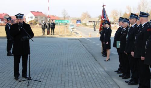 Zdjęcie przedstawia ludzi i strażaków pozujących do zdjęcia na uroczystym przekazaniu wozu strażackiego dla gminy Potok-Stany.