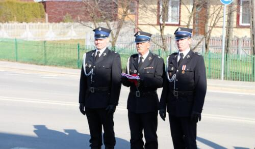 Zdjęcie przedstawia strażaków  na uroczystym przekazaniu wozu strażackiego dla gminy Potok-Stany.