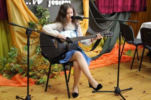 Obrazek przedstawia człowieka grającego na gitarze.