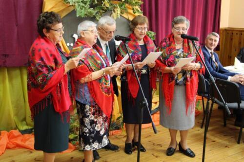 Obrazek przedstawia zespół ludowy który śpiewa.