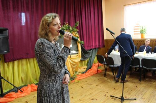 Obrazek przedstawia człowieka który śpiewa.