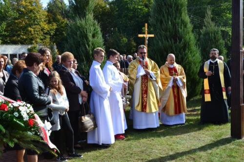 Zdjęcie przedstawia ludzi wraz z księżami na obchodach związanych z rocznicą pacyfikacji wsi Osówek przez Niemców w 1942 roku.